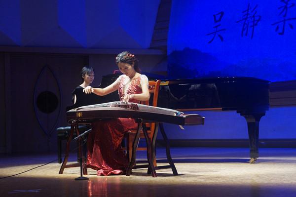 其中,古筝与大提琴合奏的《蝴蝶与蓝》,清亮剔透的古筝与宽广醇厚的大